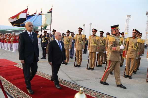 العبادي مع نظيره المصري إسماعيل شريف لدى وصوله إلى القاهرة