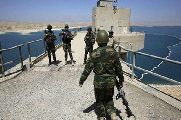 عسكريون عراقيون في حراسة سد الموصل