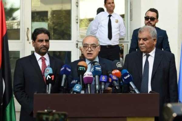 سلامة يدلي بتصريحات صحافية إثر اجتماع بين الأطراف الليبية في تونس في 21 أكتوبر
