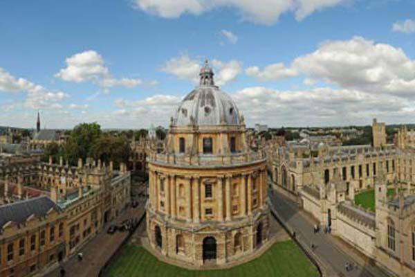 الجامعات في لندن يمارسون الفصل الاجتماعيي