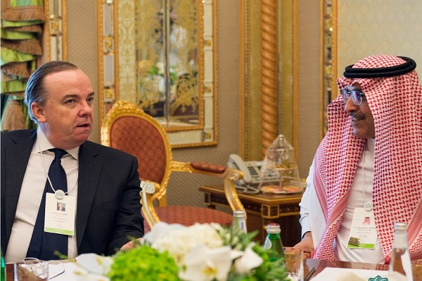 HSBC وزير المالية السعودي خلال اجتماعه برئيس مجموعة