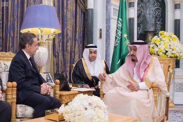 الملك سلمان بن عبدالعزيز خلال استقباله الرئيس نيكولا ساركوزي
