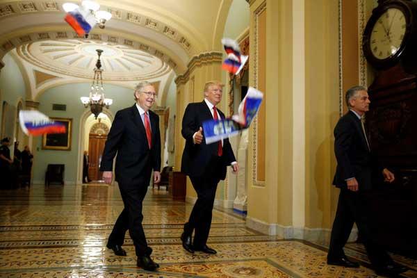 الأعلام الروسية التي رماها مقتحم للكونغرس تبدو متطايرة أمام ترمب
