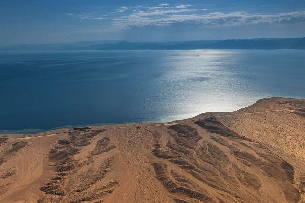 يطل المشروع من الشمال والغرب على البحر الأحمر وخليج العقبة بطول 468 كيلومتراً مربعاً