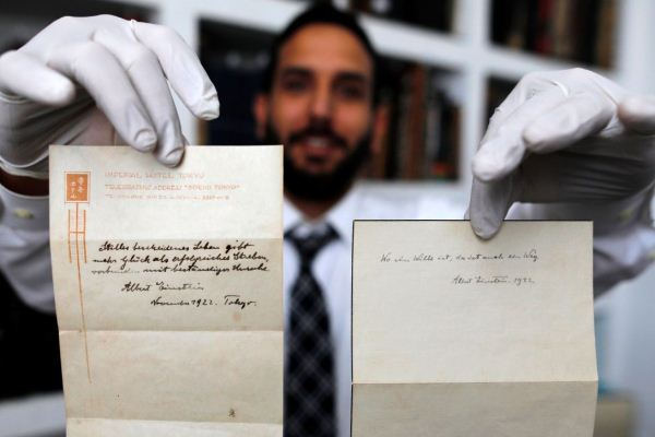 ورقتان كتبهما أينشتاين بخطه