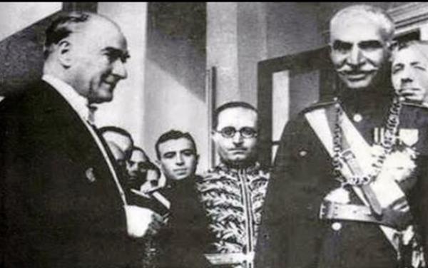نشطاء أتراك يتداولون شريطا يجمع أتاتورك بشاه إيران رضا بهلوي