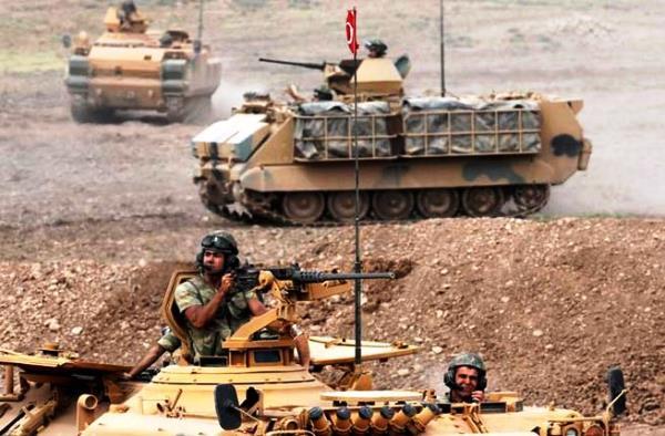 مدرعات تركية ترابط في إدلب شمال سوريا