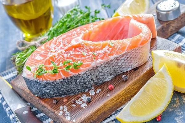 قطعة من سمكة سلمون