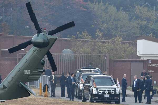 ترمب ينتظر داخل سيارته في القاعدة الأميركية في يونغسان في سيول تحسن الأحوال الجوية