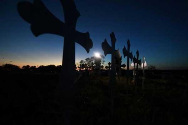 صلبان لكل فرد من ضحايا إطلاق النار في الكنيسة المعمدانية الأولى في ساذرلاند سبرينغز الواقعة في ولاية تكساس