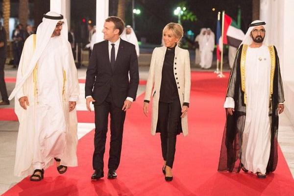 محمد بن راشد ومحمد بن زايد في استقبال الرئيس الفرنسي وزوجته