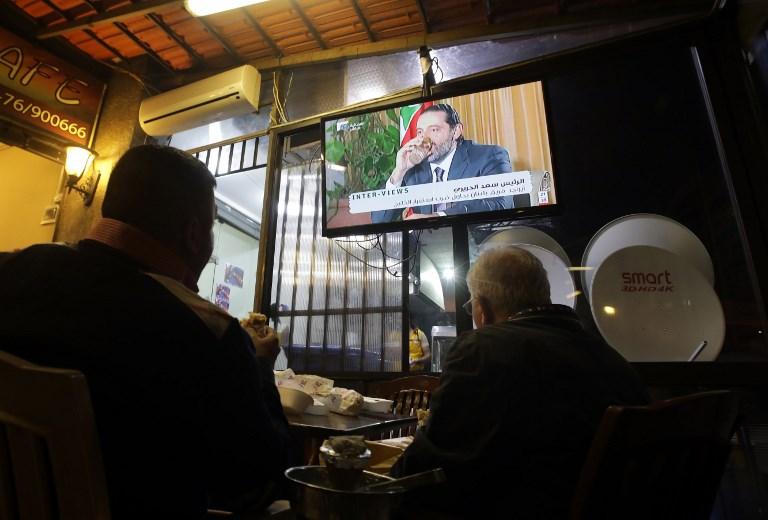 مواطنون لبنانيون يتابعون مقابلة الحريري في بيروت