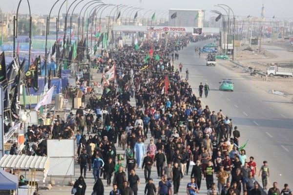 مشاركون في أربعينية الحسين لدى توجههم الى كربلاء