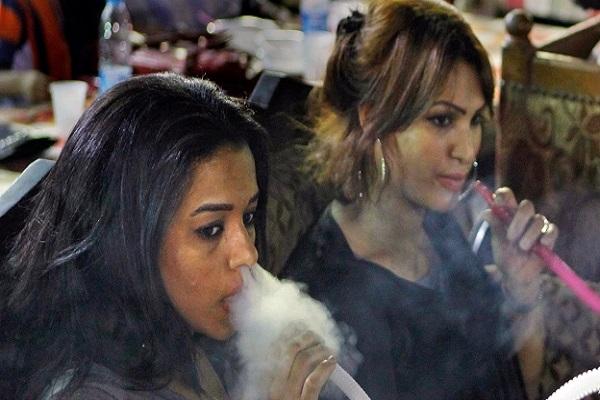 نساء مصريات يدخنَّ الشيشة في المقهى