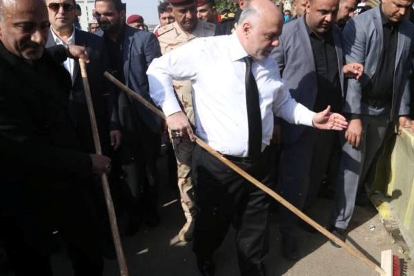 العبادي يشارك في حملة لتنظيف الشوارع بكربلاء