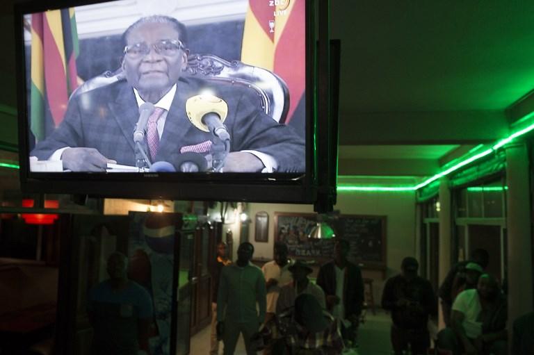 مواطنون يتابعون خطاب موغابي الذي رفض فيه التنحي