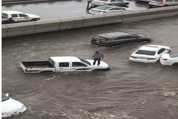 الأمطار والسيول تشل حركة الشوارع في جدة