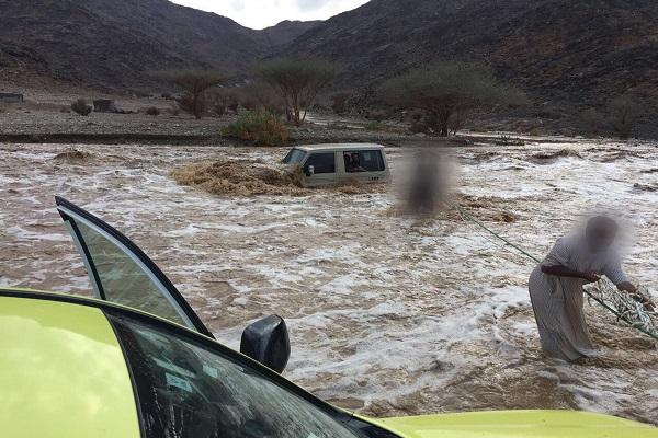 محاولات لإنقاذ بعض المحتجزين بسبب الأمطار