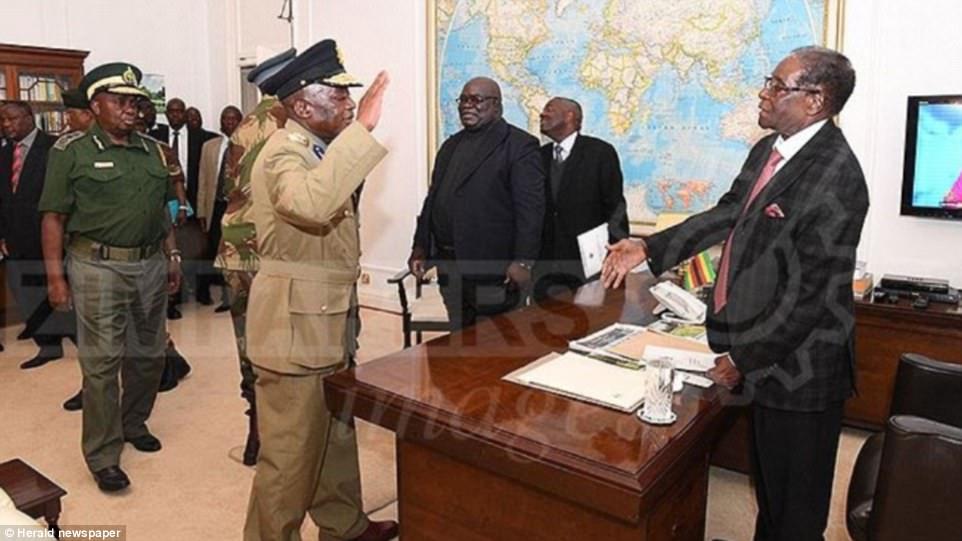 موغابي يصافح الضباط الذين خلعوه (هيرالد)