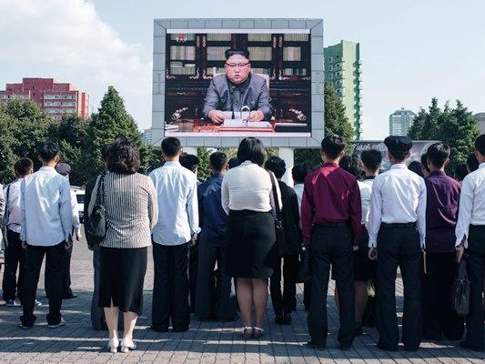 كوريون شماليون يتابعون خطابا لكيم جونغ أون
