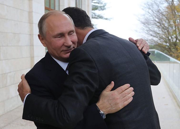 الرئيس الروسي معانقا بشار الأسد في سوتشي