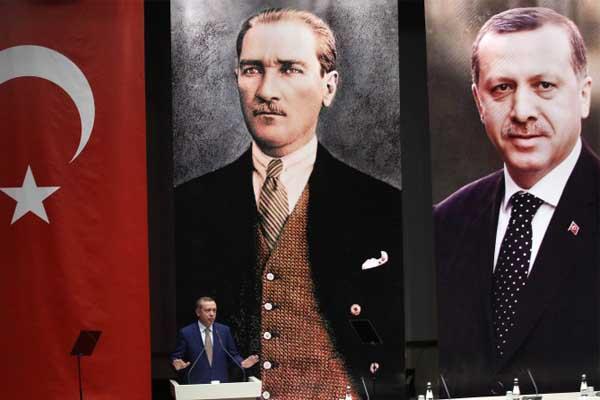 اردوغان يخطب وصورتان كبيرتان له ولأتاتورك (أرشيف)