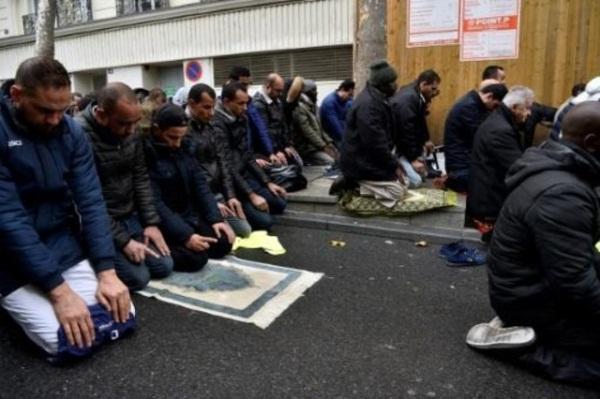منذ مارس الفائت يؤدي المسلمون صلاة الجمعة في الشارع في كليشي