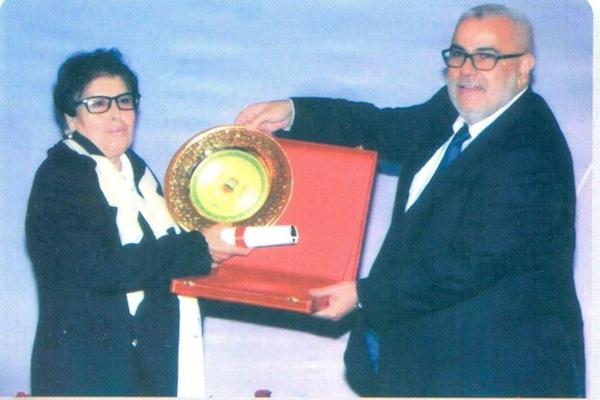 خناثة بنونة في صورة تذكارية مع رئيس الحكومة المغربي الاسبق عبد الاله بن كيران.