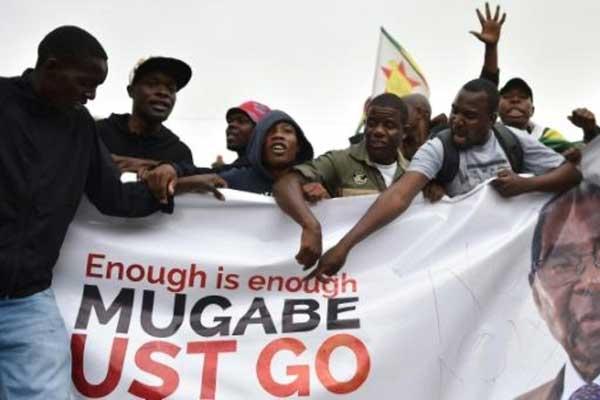 متظاهرون في هراري يطالبون برحيل رئيس زيمبابوي روبرت موغابي في 18 نوفمبر 2017