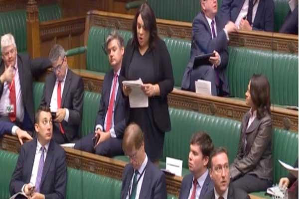 النائبة في حزب العمال البريطاني باولا شريف خلال النقاش البرلماني