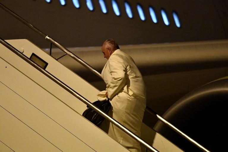البابا فرنسيس مستقلا الطائرة نحو بورما