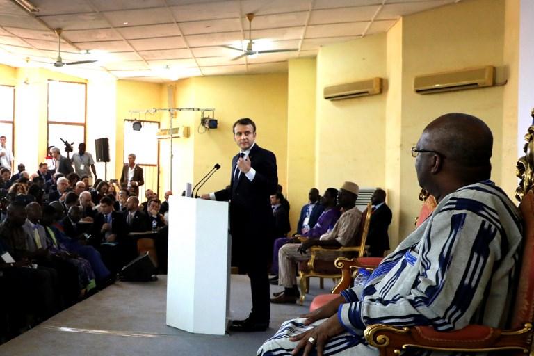 الرئيس الفرنسي ايمانويل ماكرون خلال القائه خطابا في جامعة واغادوغو