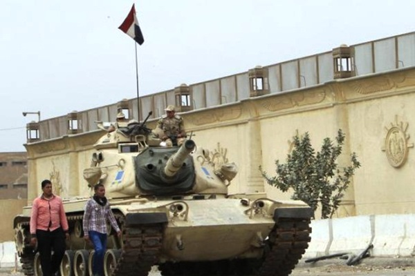 دبابة مصرية أمام ثكنة عسكرية في سيناء