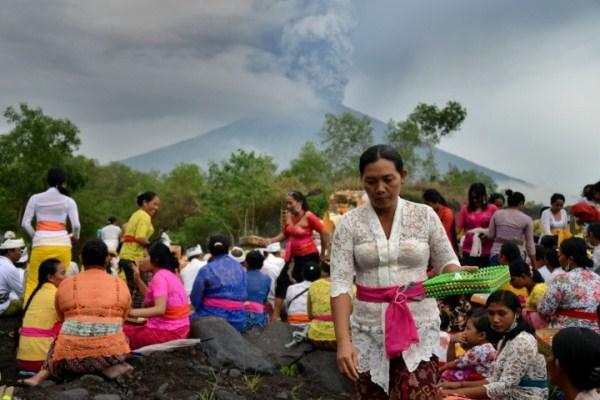 نساء من سكان بالي الهندوس يصلين قرب جبل أغونغ أملا في وقف ثورانه