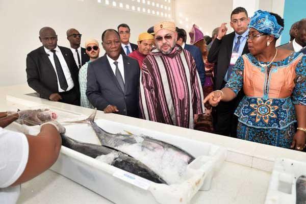 الملك محمد السادس مع الرئيس الحسن واتارا لدى تدشينهما قرية الصيد في أبيدجان