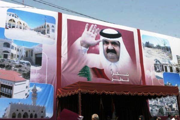 معلقة تشكر أمير قطر السابق خلال زيارة له في العام 2010 لمعاقل حزب الله