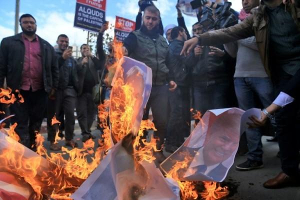 فلسطينيون غاضبون يحرقون صور ترمب و نتانياهو