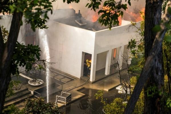 أحد منازل لوس انجليس الفخمة التي طالتها ألسنة اللهب