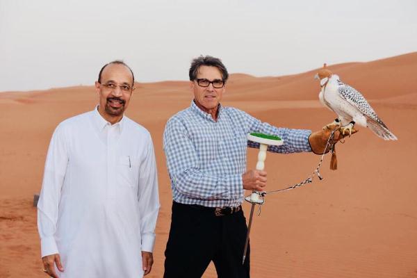خالد الفالح برفقة ريك بيري خلال رحلة برية