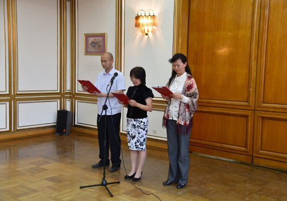 طلاب آداب صينيون بصدد القاء قصائد شعرية - أرشيفية