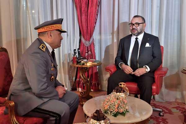 الملك لدى استقباله الجنرال محمد حرمو الذي عينه قائدا جديدا للدرك الملكي