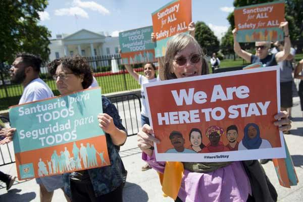 متظاهرون أمام البيت الابيض في 1 يونيو ضد مرسوم ترمب حول الهجرة