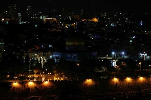 صورة ملتقطة الأر بعاء للقدس القديمة من جبل الزيتون بعدما اطفأت وزارة الأوقاف الفلسطينية الأضواء في قبة الصخرة
