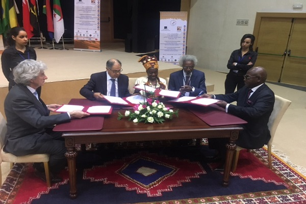 جانب من توقيع اتفاقية تأسيس المنتدى