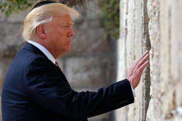 ترمب خلال زيارته لحائط المبكي في مايو الماضي