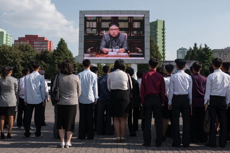 مواطنون في كوريا الشمالية يتابعون في بيونغ يانغ خطابا للزعيم كيم جونغ اون