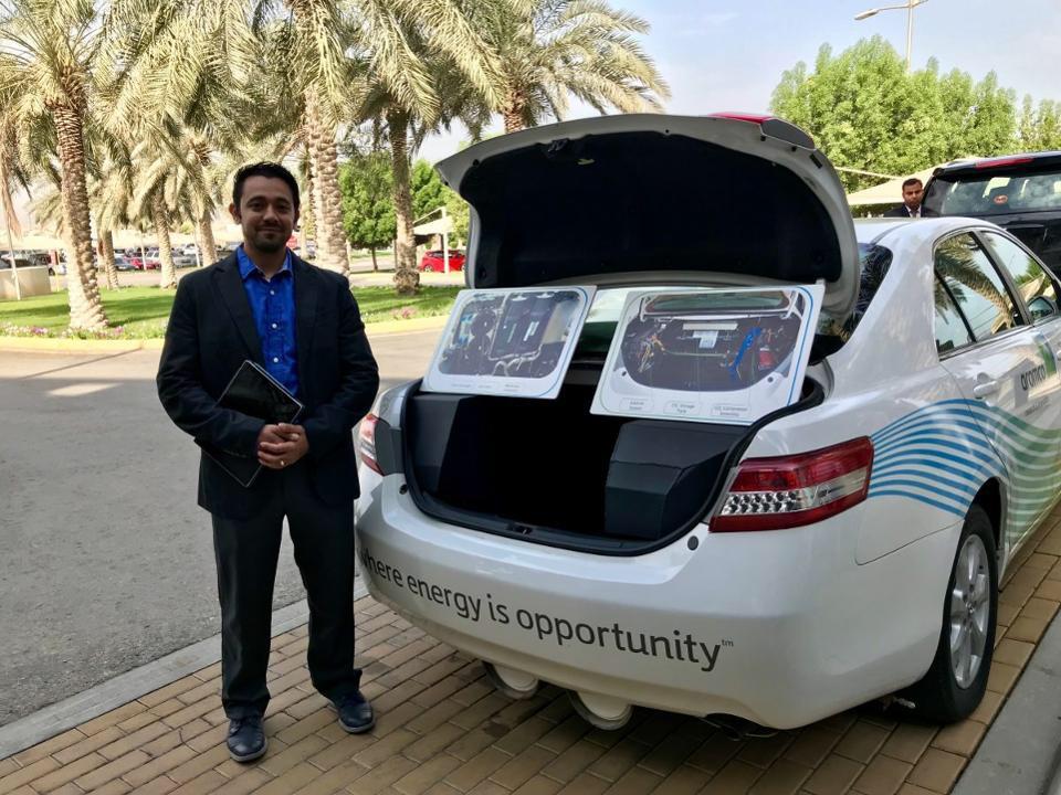 أحد علماء أرامكو وهو يستعرض السيارة النموذجية لالتقاط الكربون