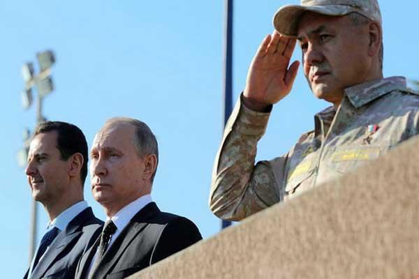 بوتين والأسد خلال زيارة ميدانية لقاعدة حميميم الجوية
