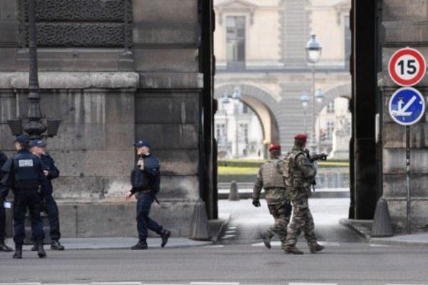 عناصر من الشرطة الفرنسية في محيط اللوفر