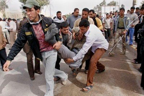 متظاهرون ينقذون جريحا اصيب بصدام مع القوات الامنية